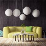 canapé et luminaires tendance dans un salon aux murs noirs