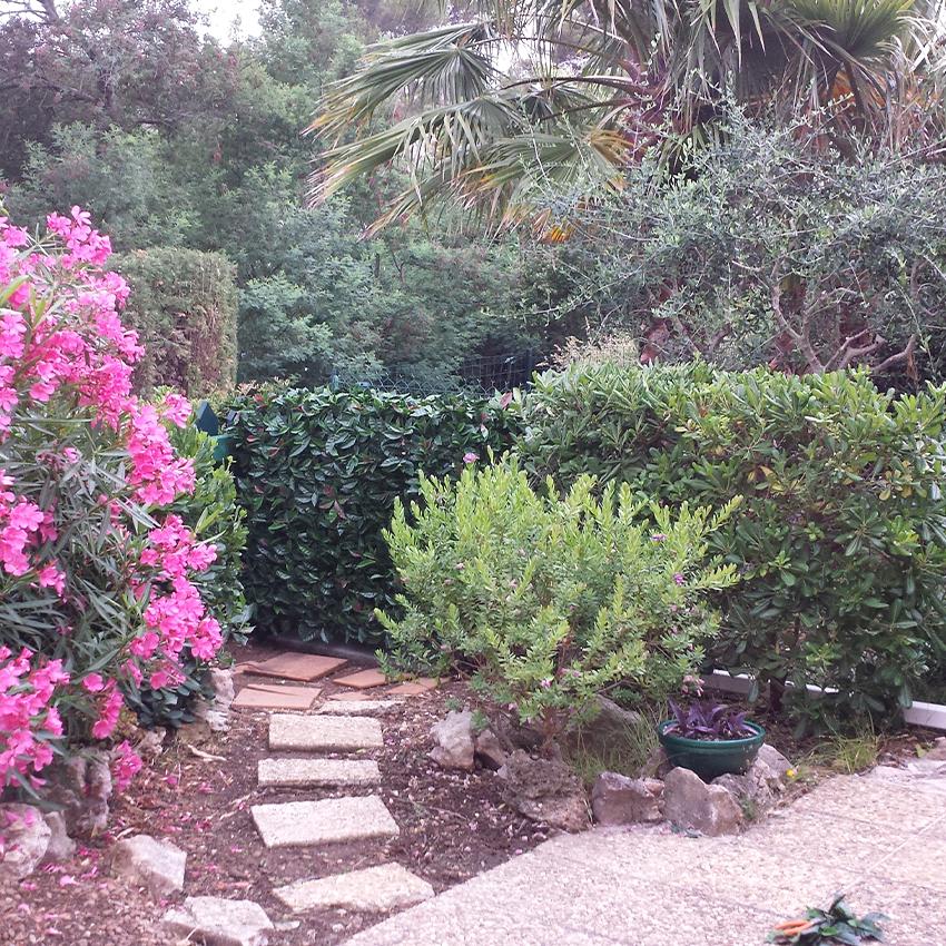 cacher-une-clim-dans-un-jardin